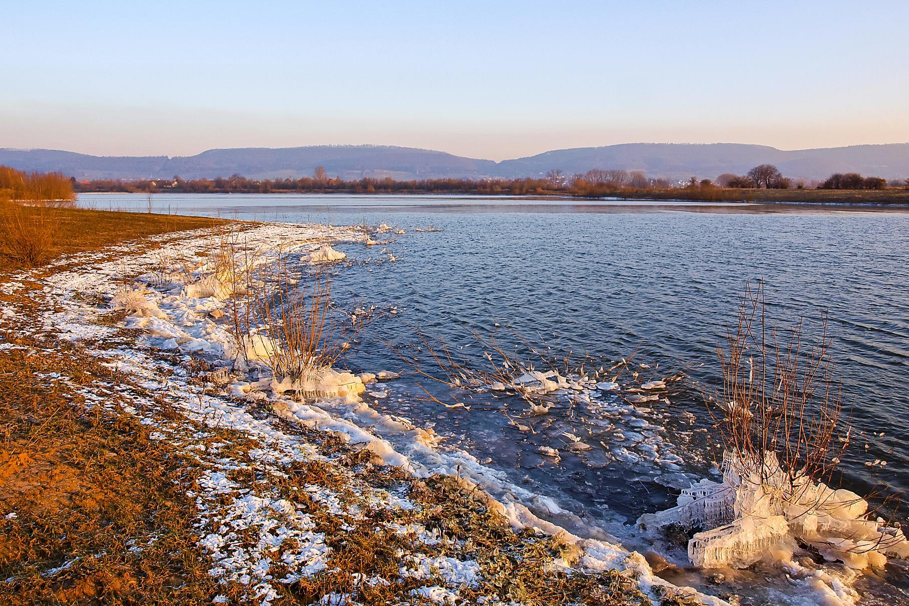 Vereistes Ufer am mittleren Teich im Morgenlicht.