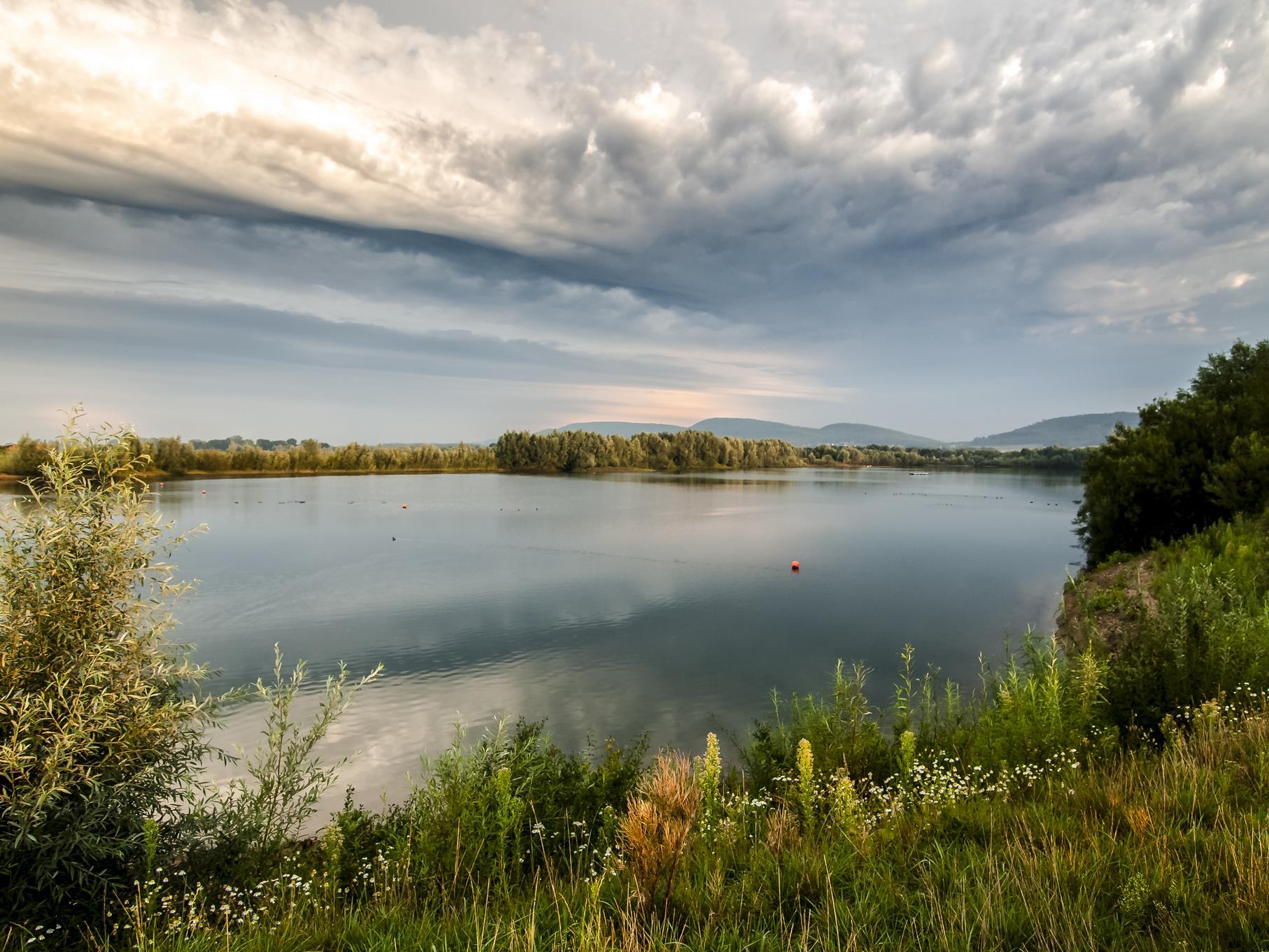 Die Wolken sorgen für eine besondere Stimmung im Naturschutzgebiet.