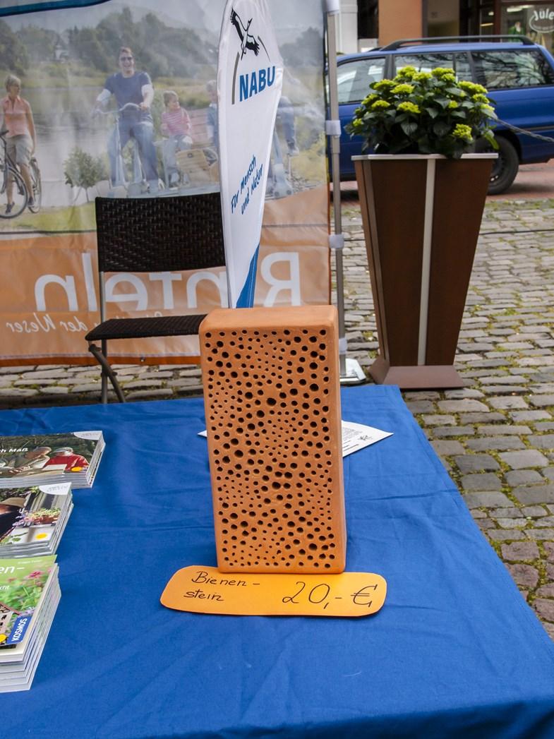 Auf dem Info-Stand konnte auch der Bienen-Stein erworben werden. - Foto: Kathy Büscher