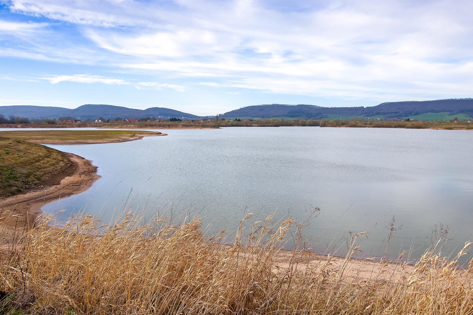 Der westliche Teich mit der flachen und der Vogelinsel am linken Bildrand.