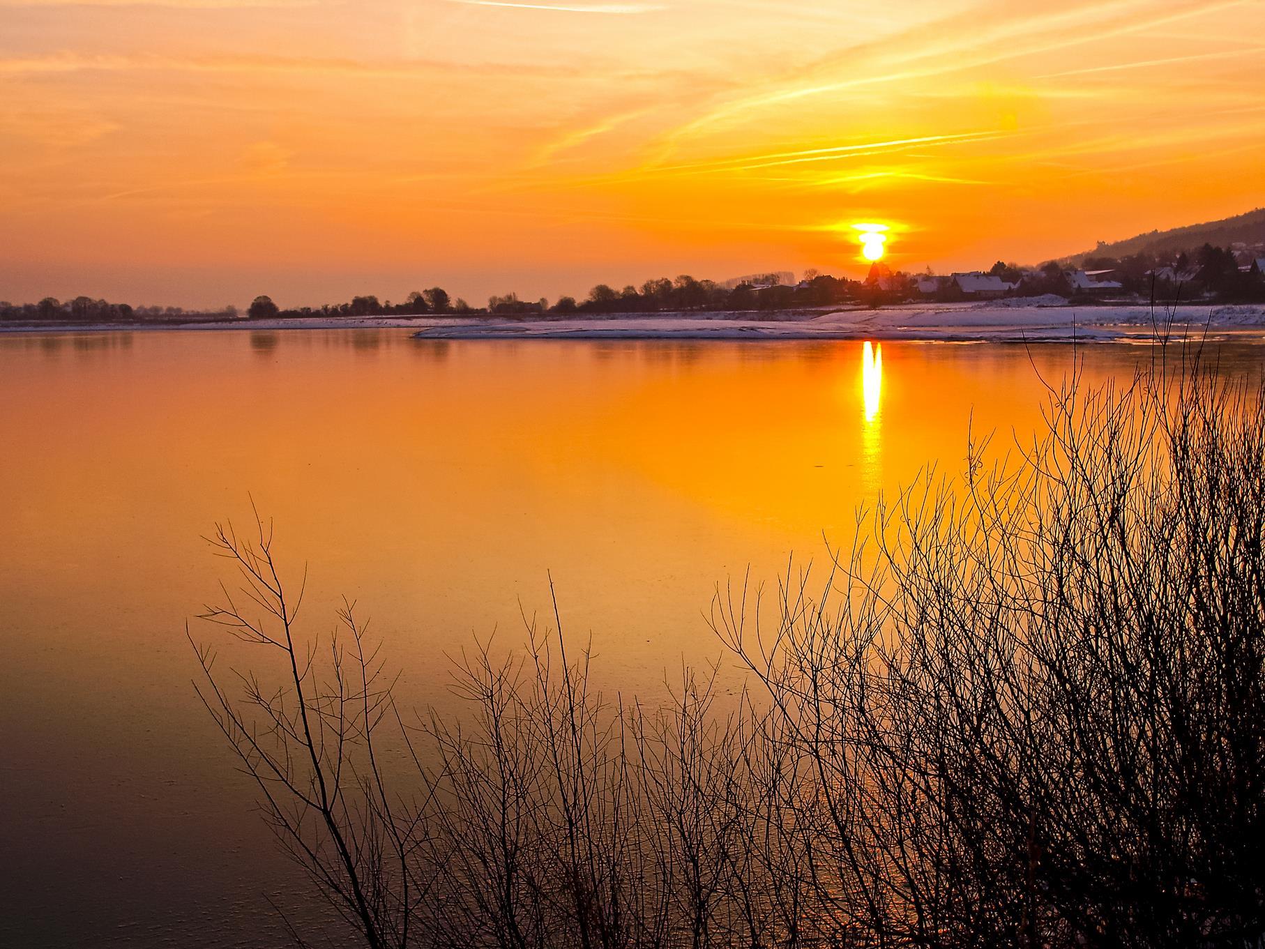 Sonnenaufgang an einem kalten Januarmorgen am westlichen Kiesteich.