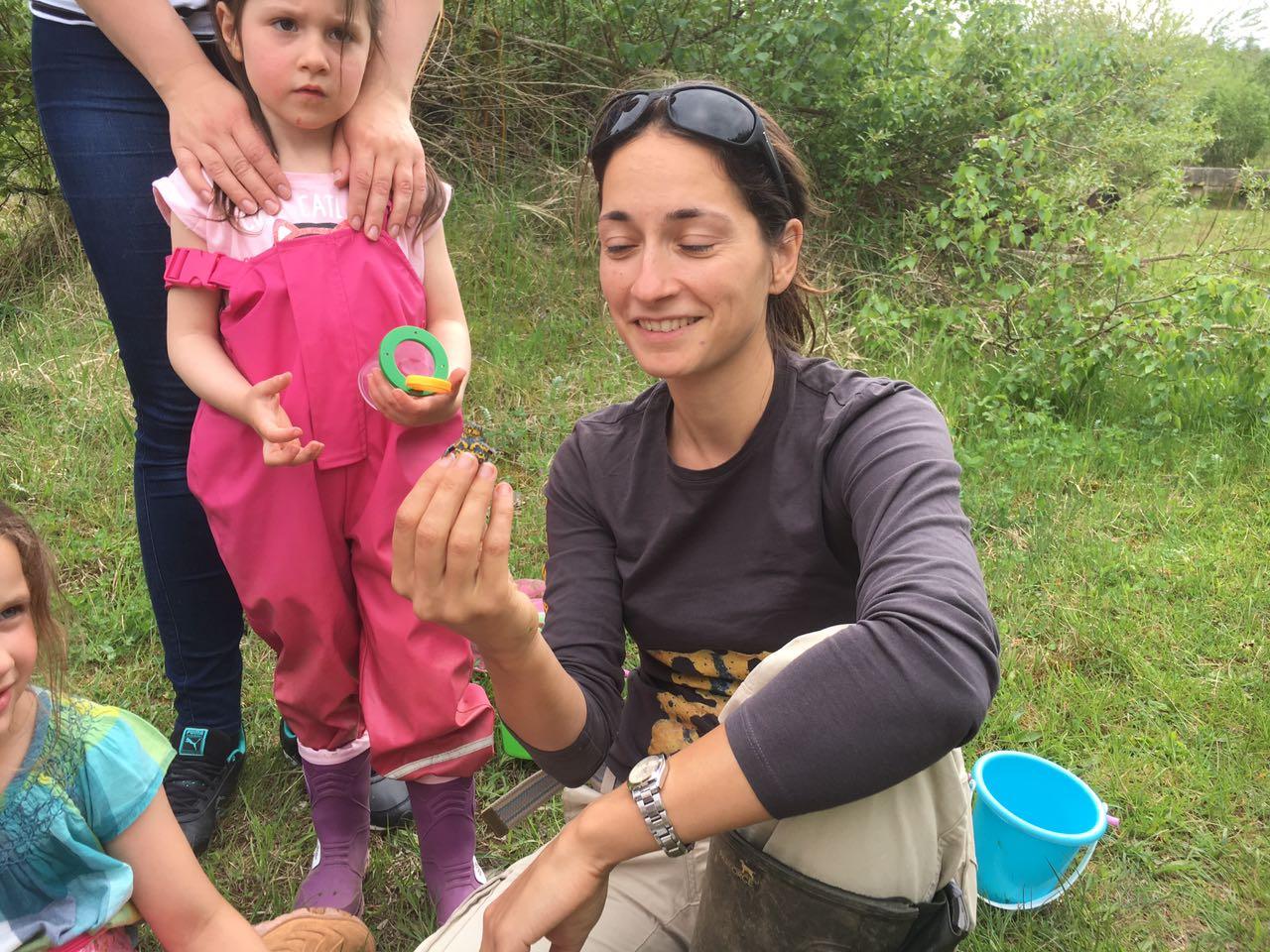 Ilona Jentschke zeigt den Kindern eine Gelbbauchunke. - Foto: Britta Raabe