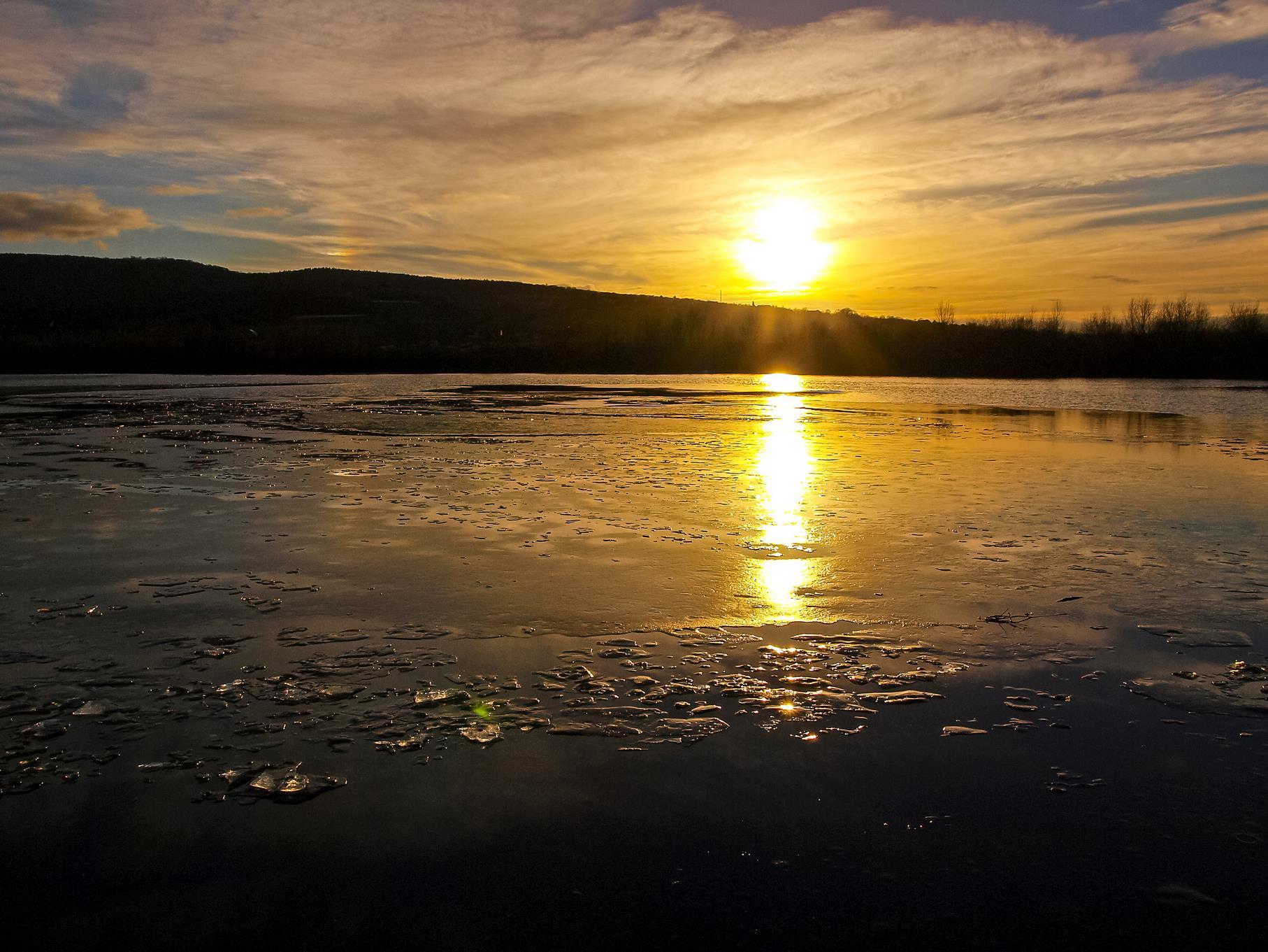 Eisiges Wasser im Sonnenuntergang.