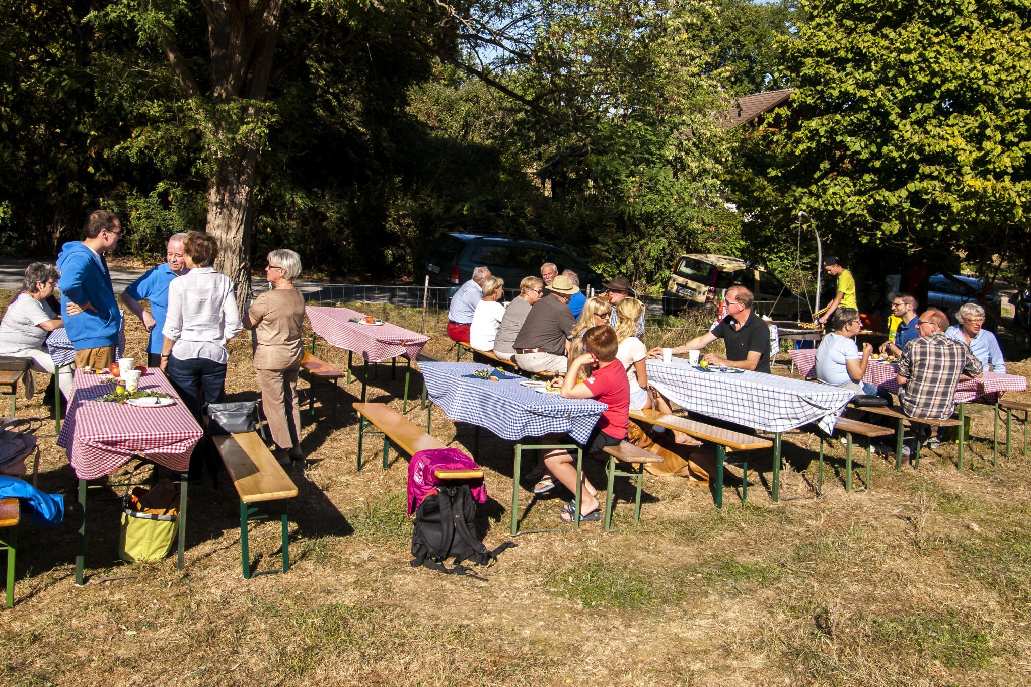 Die Sitz-Gelegenheiten auf der Streuobstwiese wurden gut genutzt. - Foto: Kathy Büscher