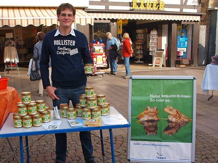 Dennis Dieckmann mit seinem Honig beim Info-Stand auf dem Marktplatz. - Foto: Kathy Büscher