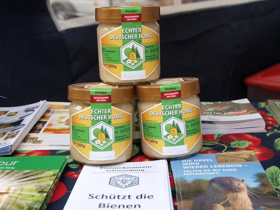 Honig vom NABU-Imker gibt es auf dem Bauernmarkt. - Foto: Kathy Büscher