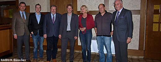 S. Wagener (Geschäftsführer AHE), N. Büscher (1. Vors. NABU Rinteln), K.-H. Buchholz (Bürgermeister Rinteln), Dr. Buschmann (Landesvorsitzender NABU NDS.), U. Müller-Krahtz (Umweltdezernentin LK SHG), T. Brandt (NABU) und D. Eggersmann (Inhaber AHE)