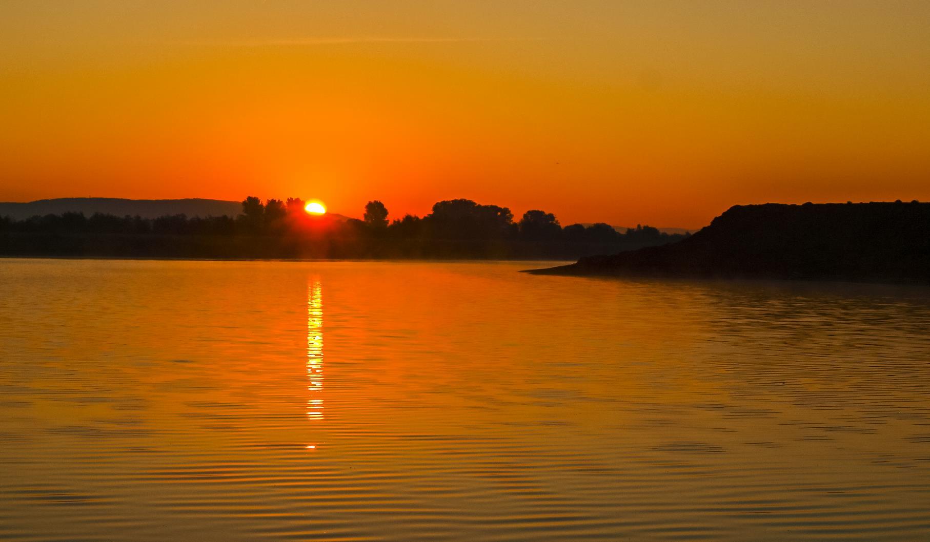 Farbenprächtiger Sonnenaufgang an einem Oktobermorgen.