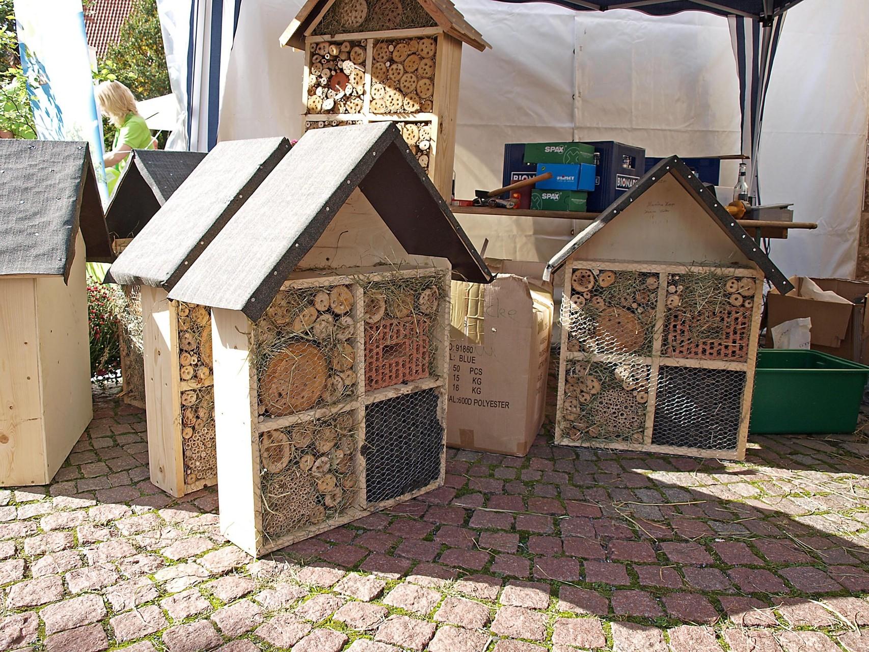 Auch für Insektenhotels gibt es Anleitungen. - Foto: Kathy Büscher