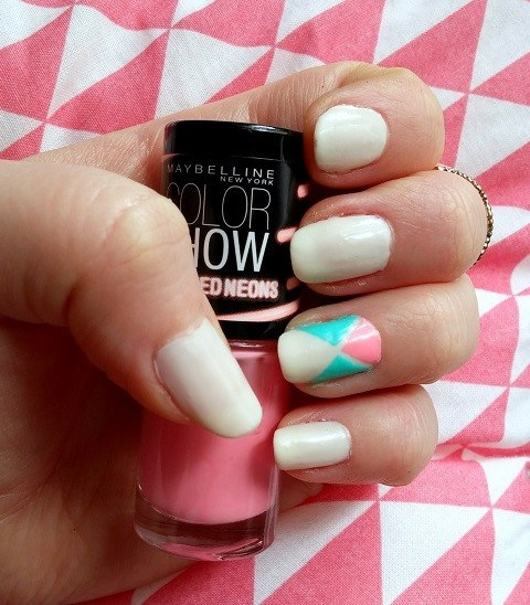 nail-art-triangles-fluos-LesAteliersDeLaurène