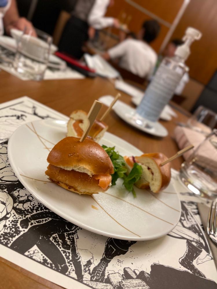 Downtown Restaurant - Bagel mit Lachs und Kiri