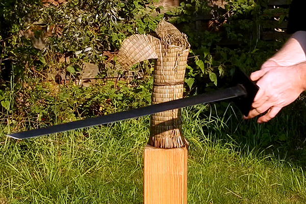 Tameshigiri-Schnitttest mit billigen Ninjato Dekoschwert
