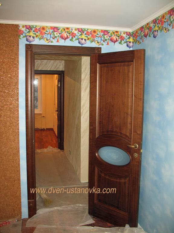 Фото 1.2. Межкомнатная дверь с декорированными наличниками (вид 2).