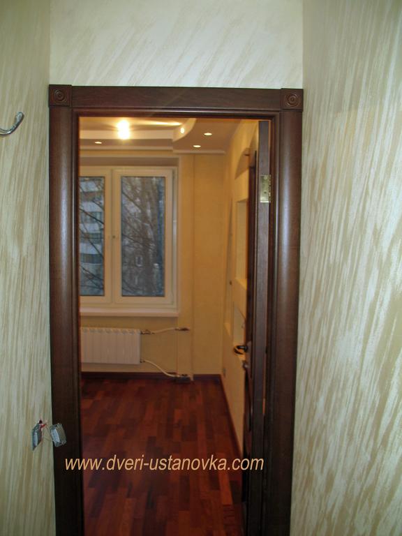 Фото 1.8. Установка межкомнатной двери в условиях ограниченного пространства, вплотную к стене.