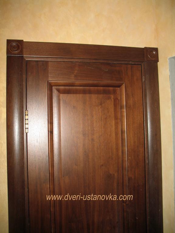 Фото 1.5. Установка межкомнатной двери (крупный план).