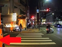 陽光ハイツ前の横断歩道の夜の画像