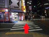 夜の横断歩道の画像