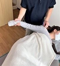 肩こりの施術を示した画像