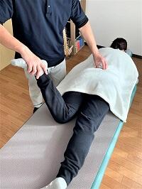 骨盤矯正の施術を示した画像