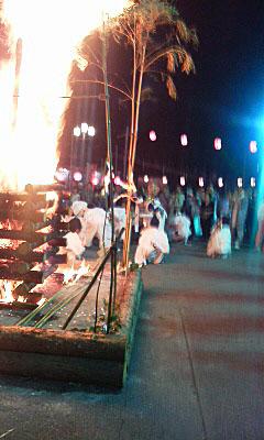 万葉公園の入り口には篝火が焚かれています。