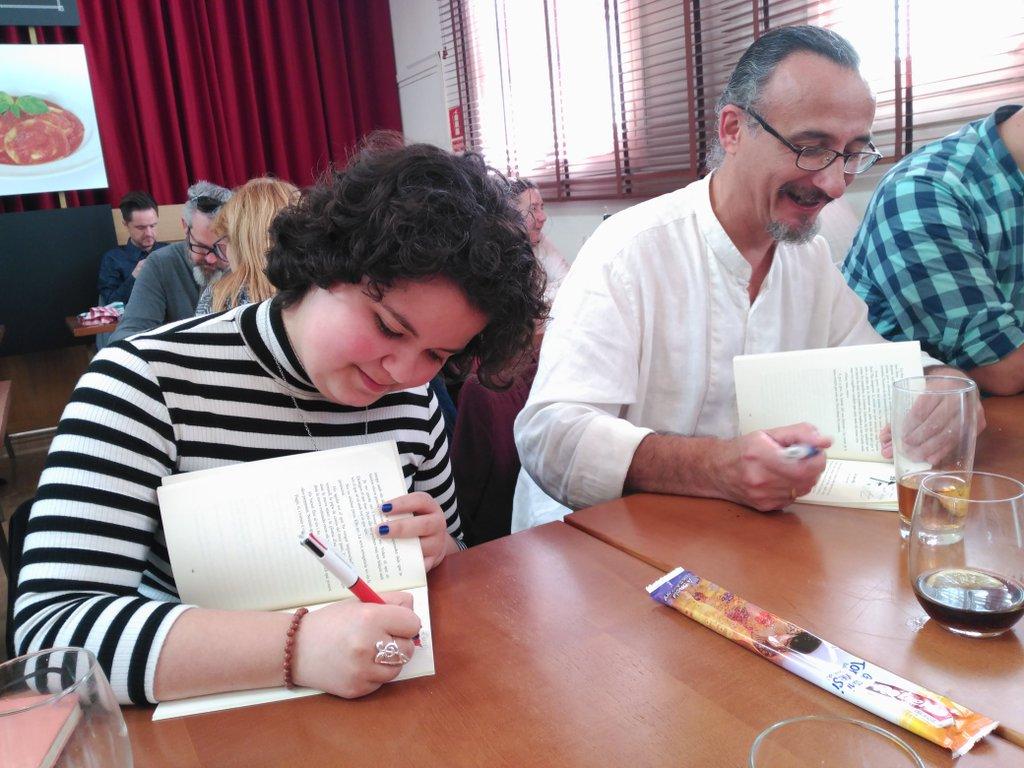 Mixa i David Gómez signant