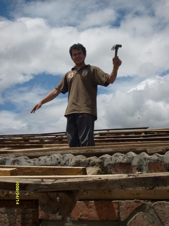 Arreglando el techo de la aula junto al auditorio.