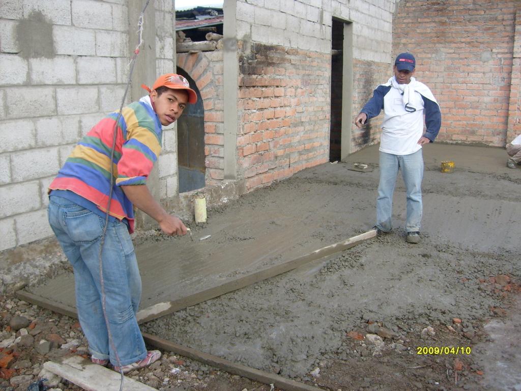 Preparando el piso del auditorio.