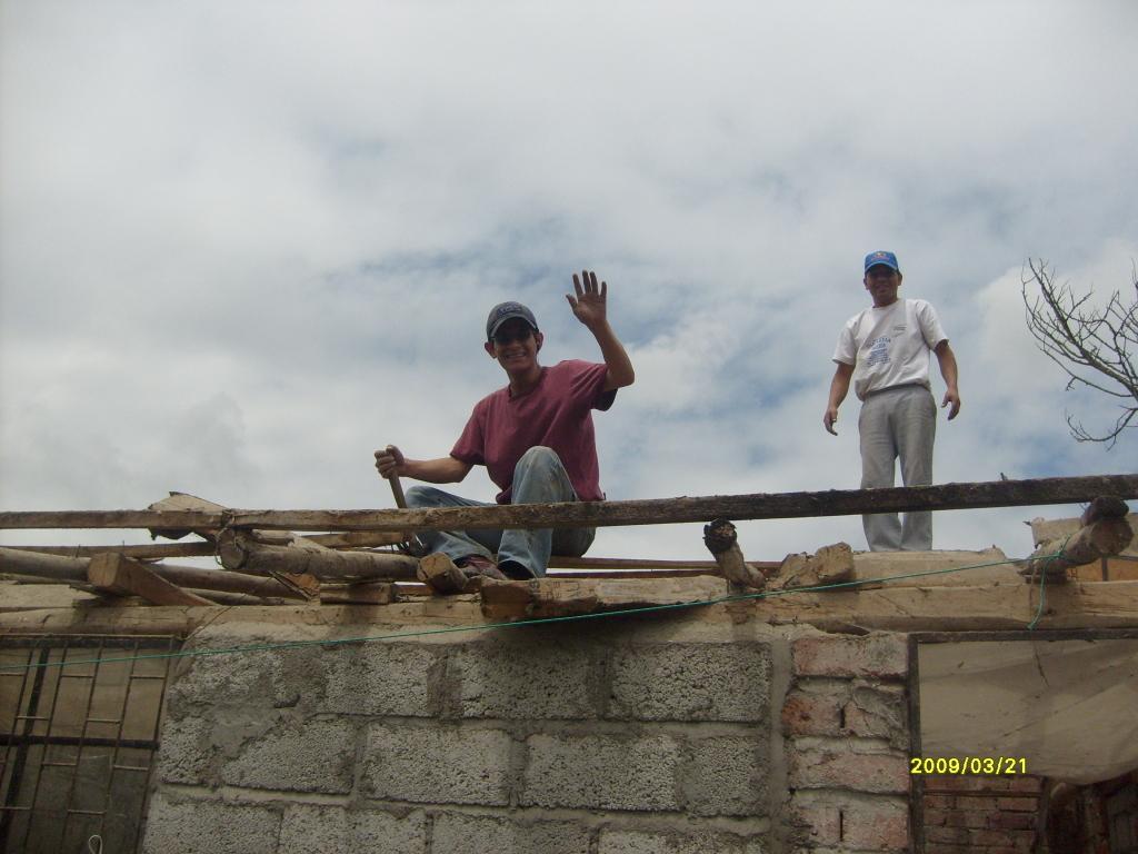Desarmando  una construccion anterior  para edificar el auditorio.