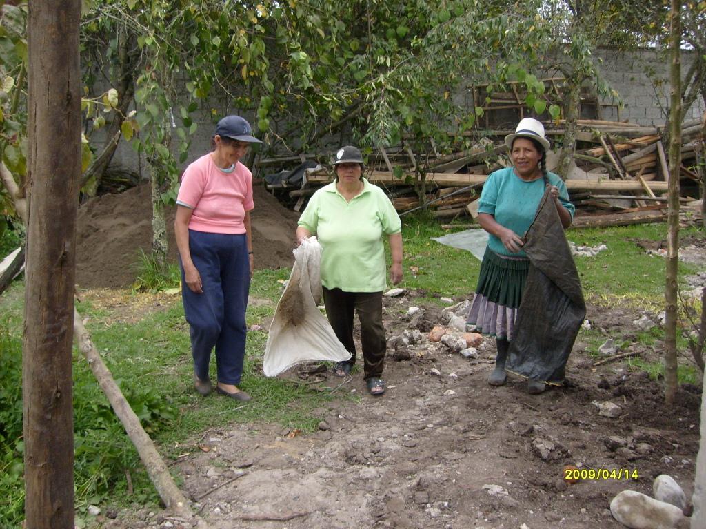 Limpiando el terreno para hacer la cancha.