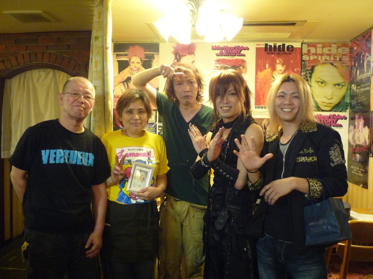 木村世治さん、YUSHIさん、マスター、お母さんと記念撮影☆最高に楽しい時間をありがとうございました!