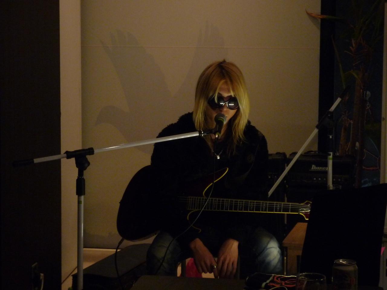Akitoさんの初ソロ弾き語り♪ 素晴らしい歌声と演奏で最高に盛り上がりました!