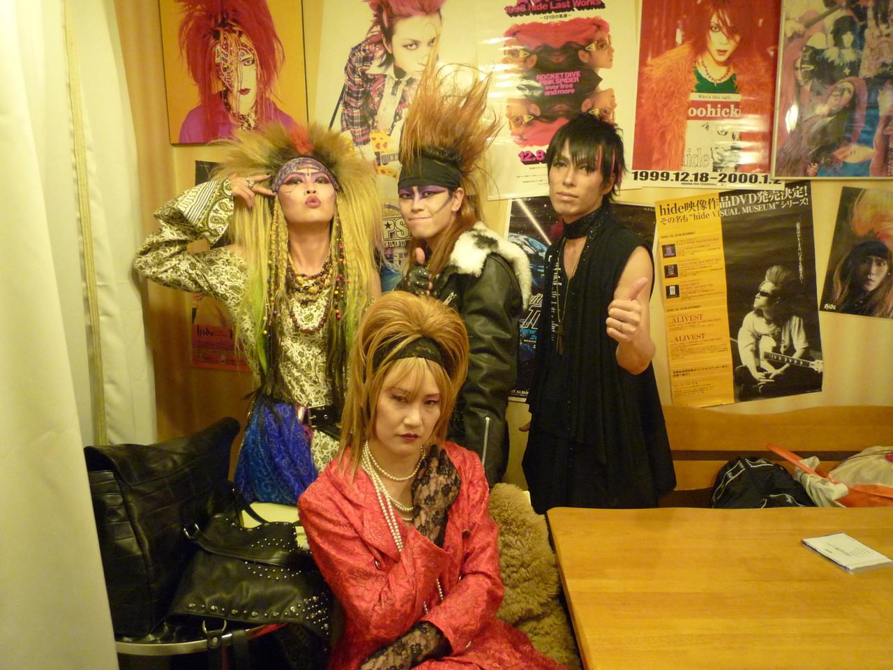 hideコスのCannaさん、YoshikiコスのMikaさん、X-HIROSHIMAのYUSHIさんと記念写真☆