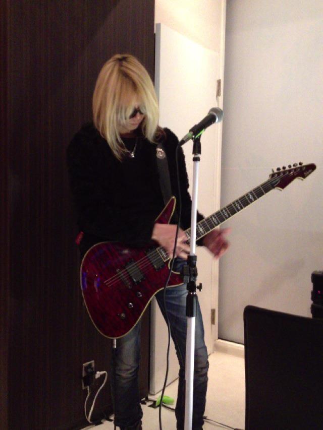 Xのギターソロをメドレーでパフォーマンス! リクエストに応えるAkitoさん♪