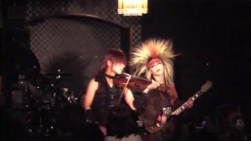 【BLUE BLOOD】を即興でコラボ♪ ヴァイオリンとギターのバトル最高に楽しかった!