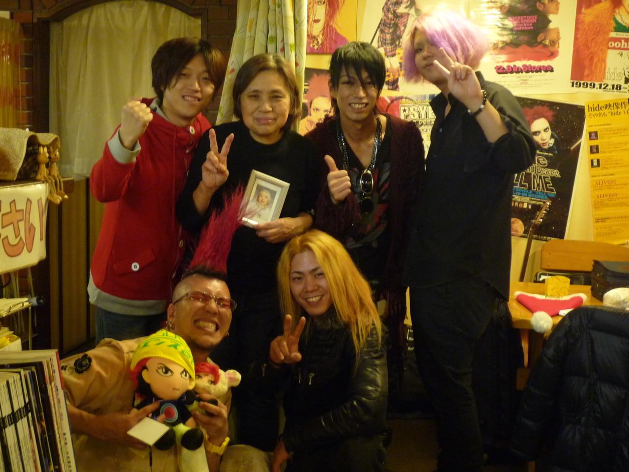 出演者全員でレモカフェのお母さんを囲んで記念撮影!今年1年本当にありがとうございました♪