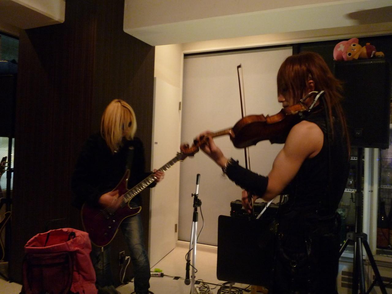 いきなりの即興セッション、弦楽器バトルに みんな大興奮!