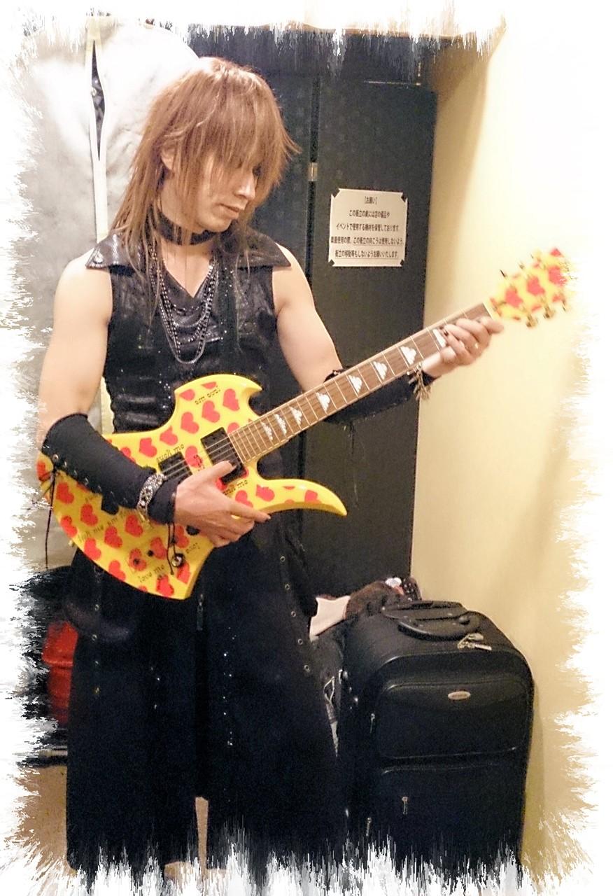 ライヴ終了後、貴重な イエローハートのギターと記念写真(^-^)