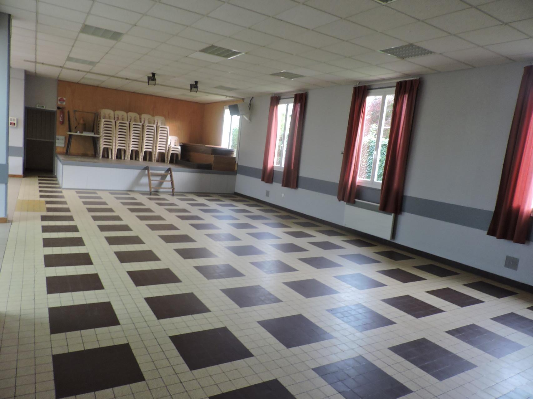 La salle et la scéne -  à gauche de la scéne l'accès à la cuisine