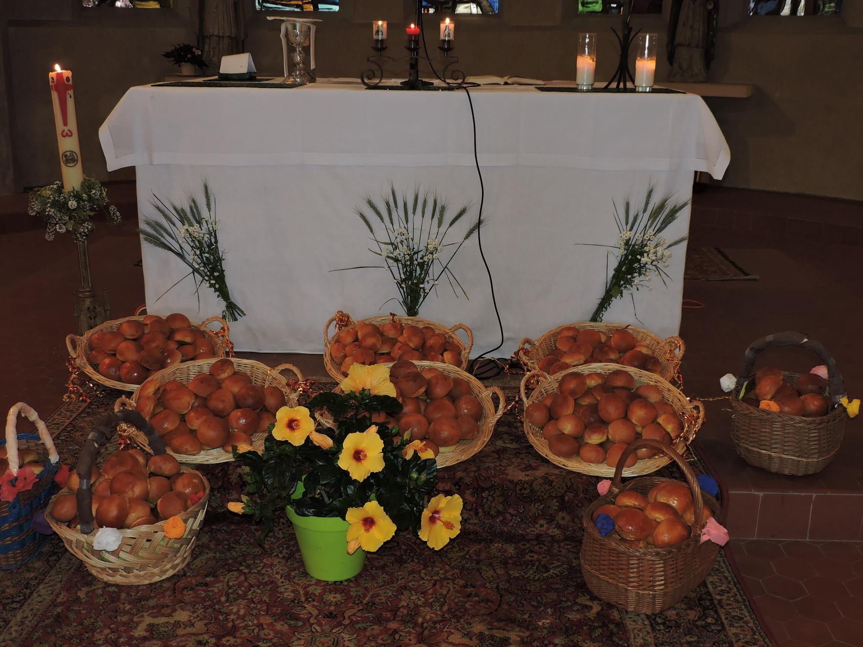 Pain bénit et décoration de l'autel pour la fête du pain 2015