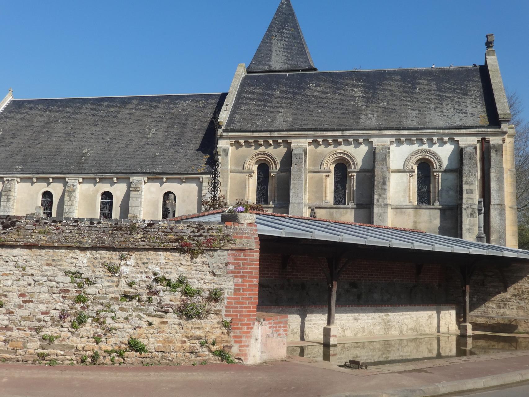 Eglise de Vieux et au 1er plan le lavoir de Vieux