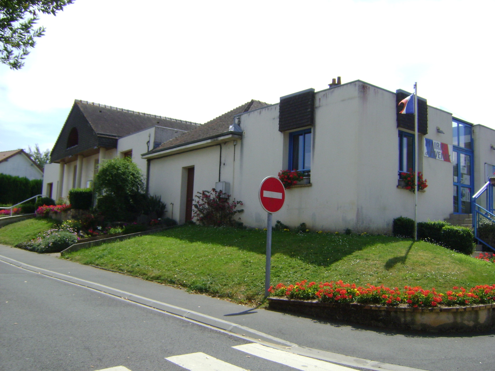 La salle des fêtes et la Mairie