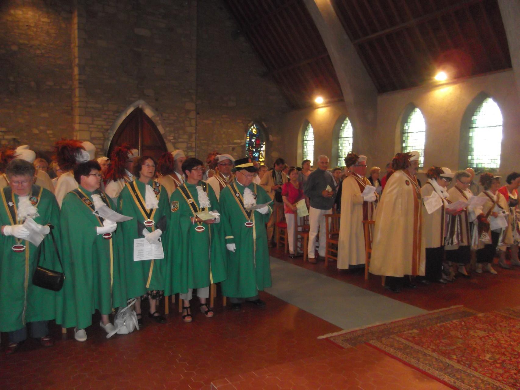 Les confréries dans l'église le jour de la fête du pain 2014