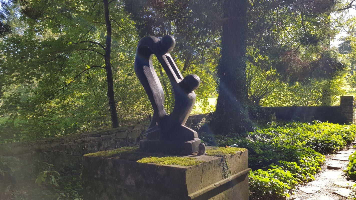 Familienfriedhof der Familie Schneider - mystisch zwischen alten Baumbeständen
