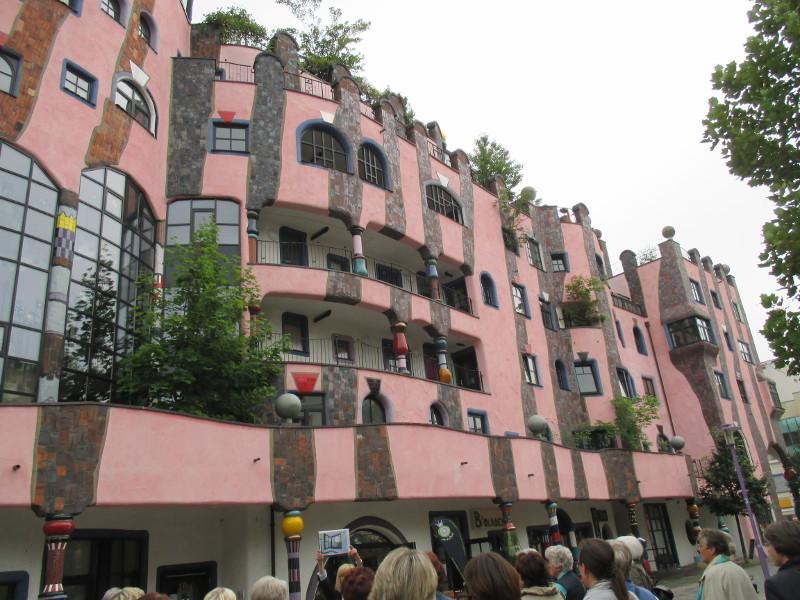 """Nordseite mit """"tanzenden Fenstern"""". 800 Fenster in 297 versch. Formen"""