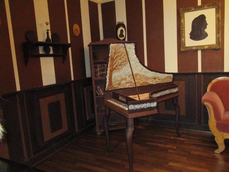Ein Zimmer aus Schokolade auch die Tapete und Bilder