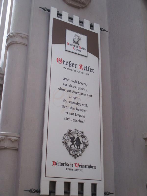 Die Tafel hängt über dem Eingang zum Auerbach Keller