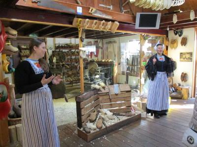 in der Holzschuhmacherei