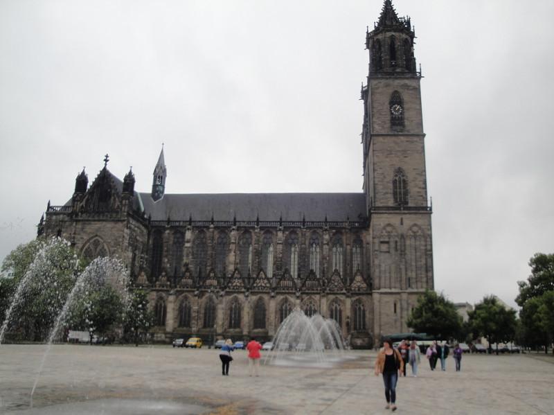 Dom zu Magdeburg. Der Turm ist 100 m hoch,der Kreuzgang 120 m lang, erbaut 1209 -1525