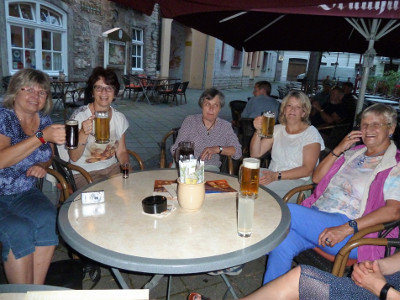 Abends im Garten einer kleinen Brauerei