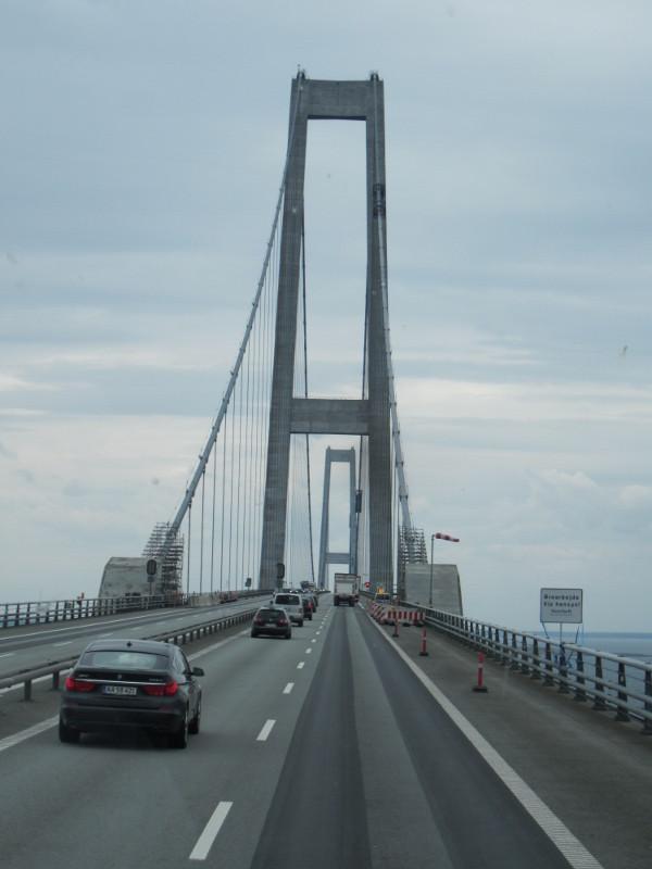 Die Brücke ist 18 km über den kleinen Belt. Höhe 75 m, die Stützpfeiler 270 m hoch.